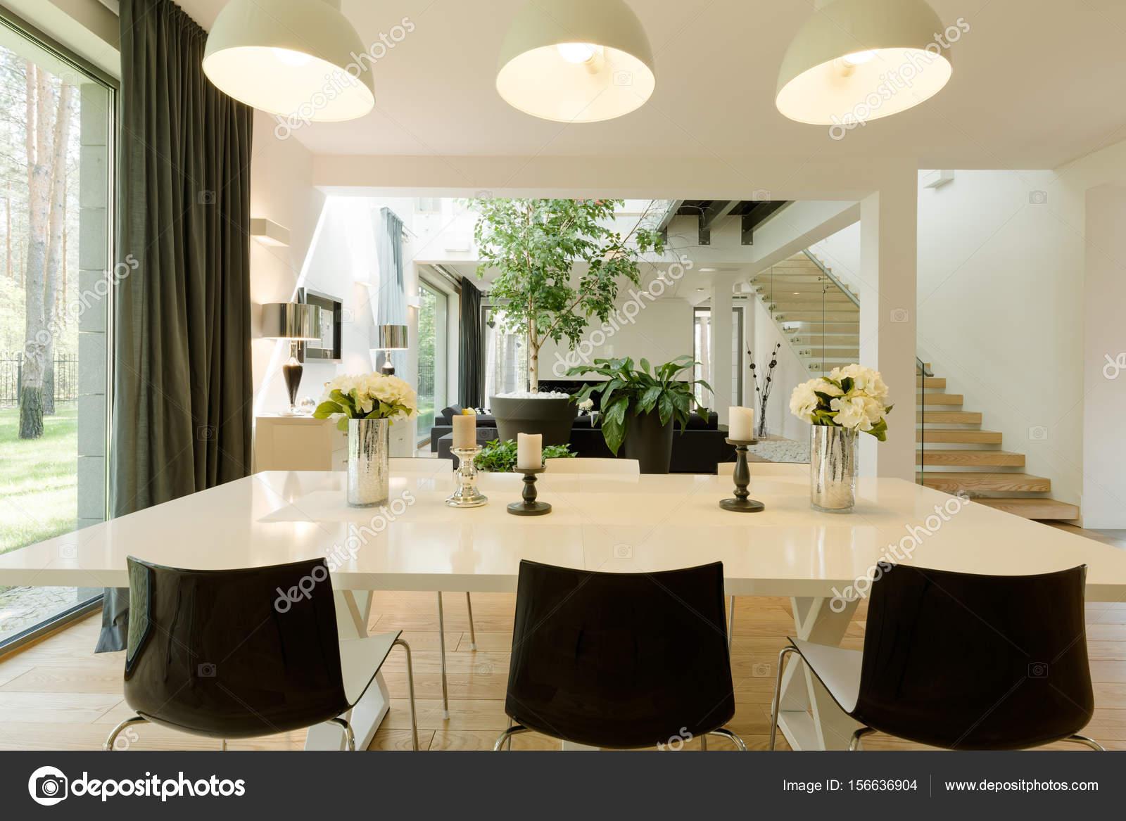Moderno comedor una mesa grande de la bruja — Fotos de Stock ...