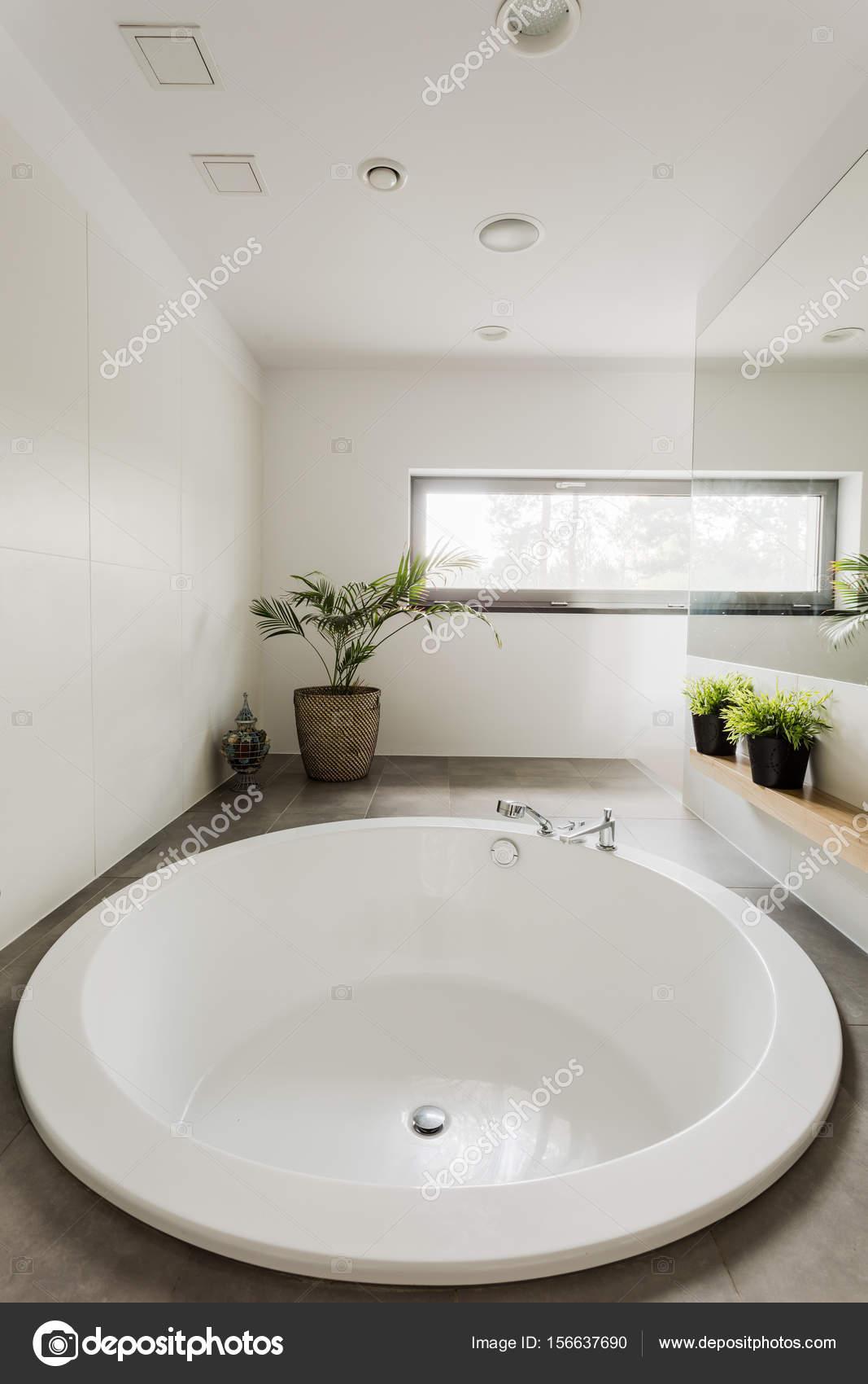 Salle De Bain King Size ~ salle de bains moderne avec baignoire ronde photographie