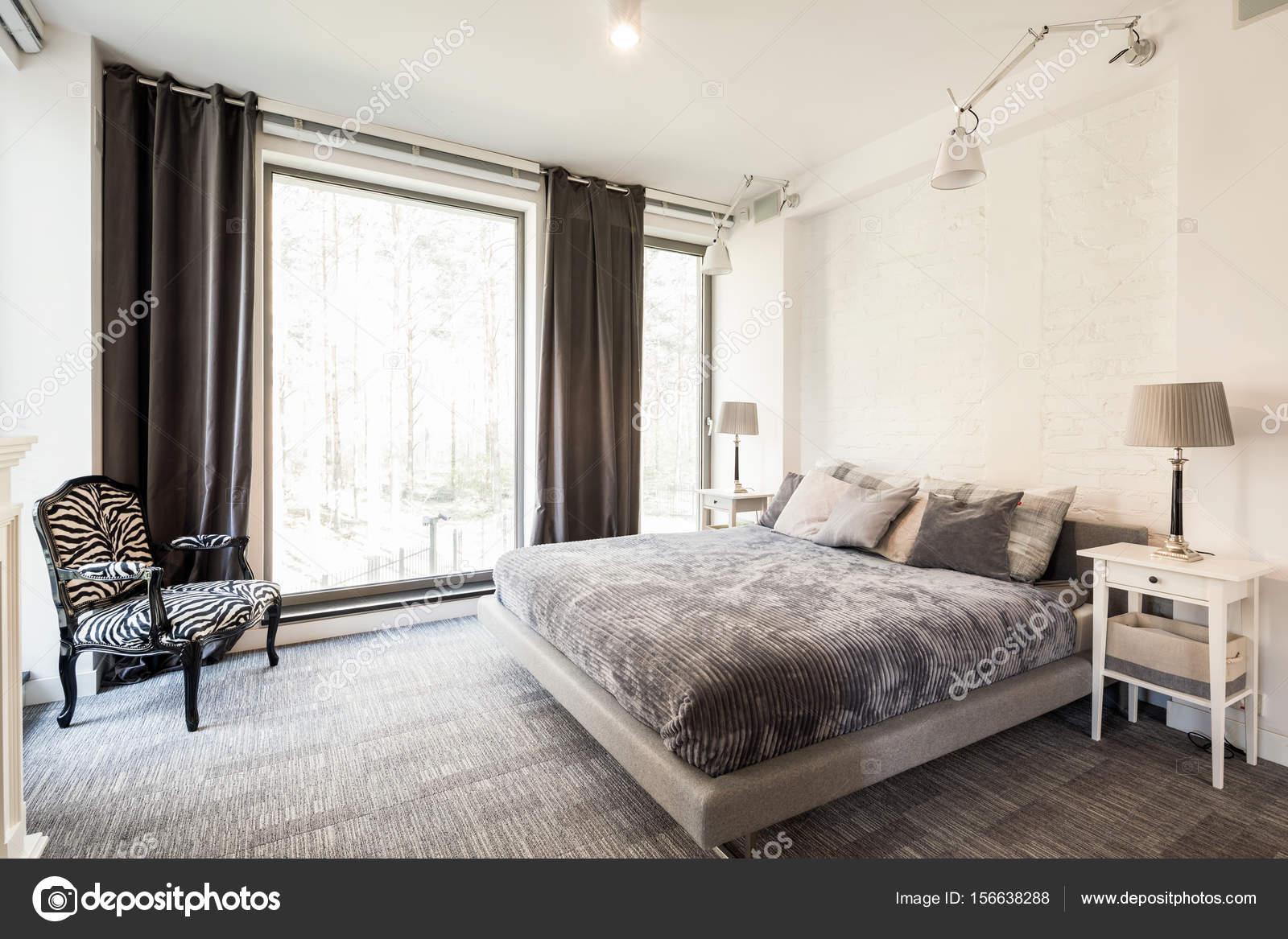 Avantgarde, Helle Schlafzimmer Mit Kingsize Bett, Großes Fenster Und Sessel  Mit Zebra Thema U2014 Foto Von Photographee.eu