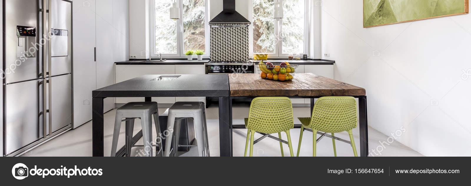 lumineuse cuisine fonctionnelle avec deux tables — photographie