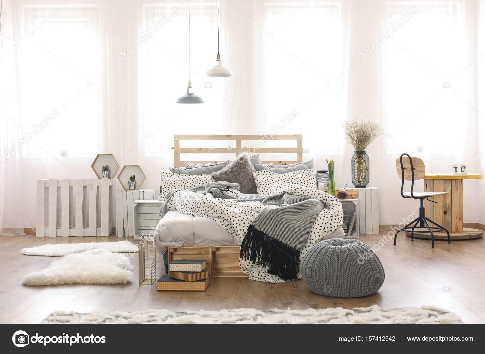 Letto Di Pallets : Appartamento con letto di pallet u foto stock photographee eu