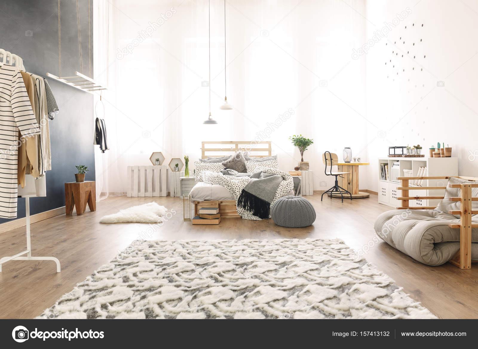 Letto Di Pallets : Camera da letto con letto di pallet u foto stock photographee eu
