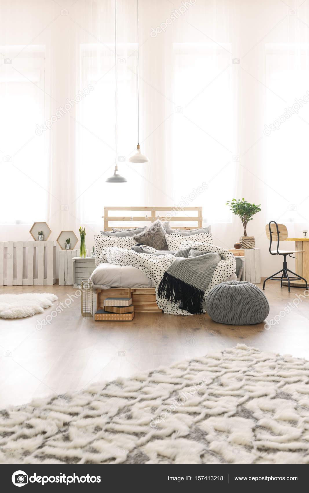 schlafzimmer mit bett diy-palette — stockfoto © photographee.eu