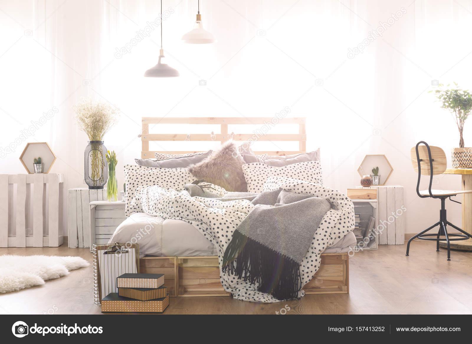 Lampadario Camera Da Letto Fai Da Te : Camera da letto con letto matrimoniale fai da te u foto stock