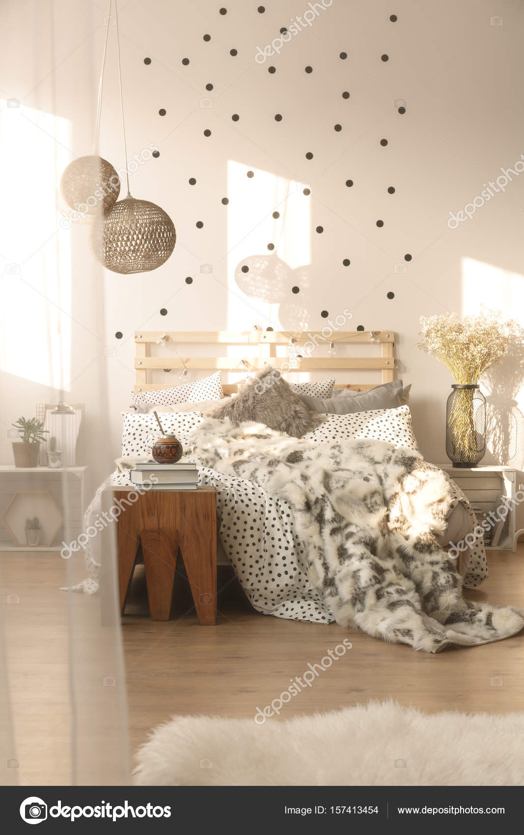 slaapkamer met decoratieve lampen stockfoto