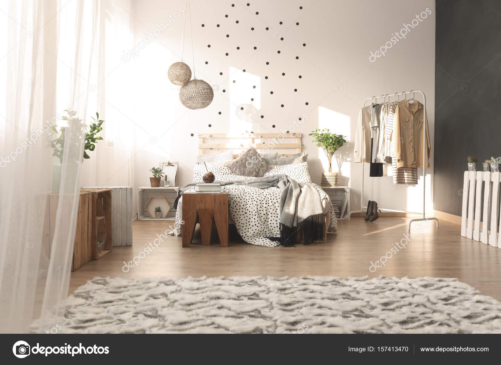 Slaapkamer met stip muur — Stockfoto © photographee.eu #157413470
