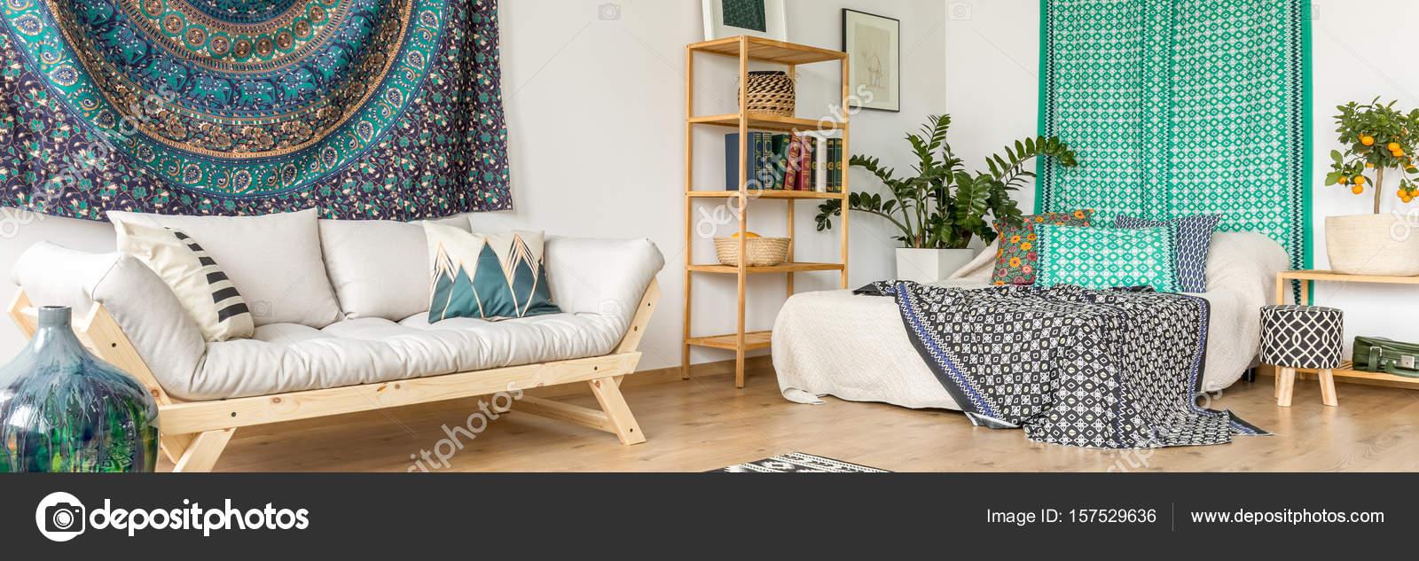 Dormitorio con accesorios tnicos Foto de stock photographeeeu