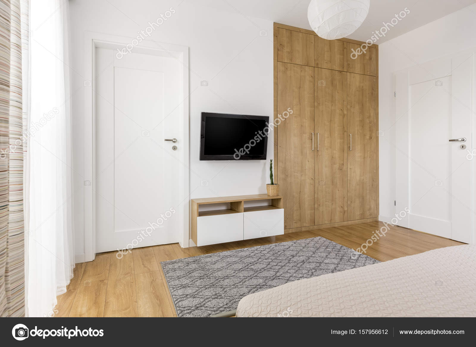 Parete Tv di camera da letto minimalista pratico — Foto ...