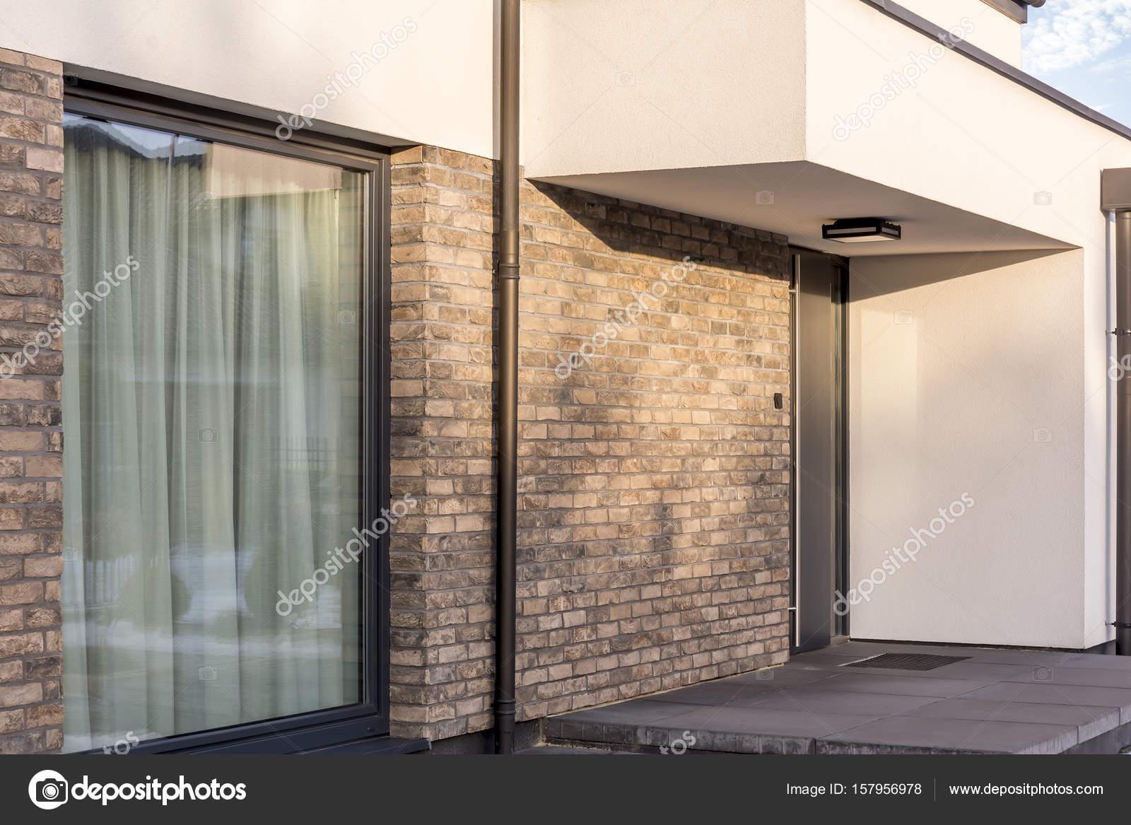 Moderne ontwerp van de ingang van het huis u stockfoto