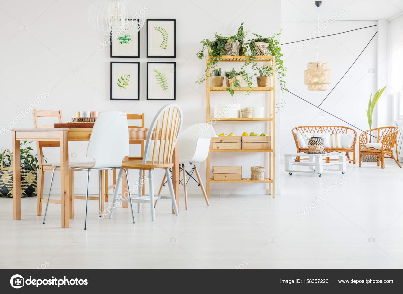 https://st3.depositphotos.com/2249091/15835/i/1600/depositphotos_158357226-stockafbeelding-tafel-en-stoelen-in-de.jpg