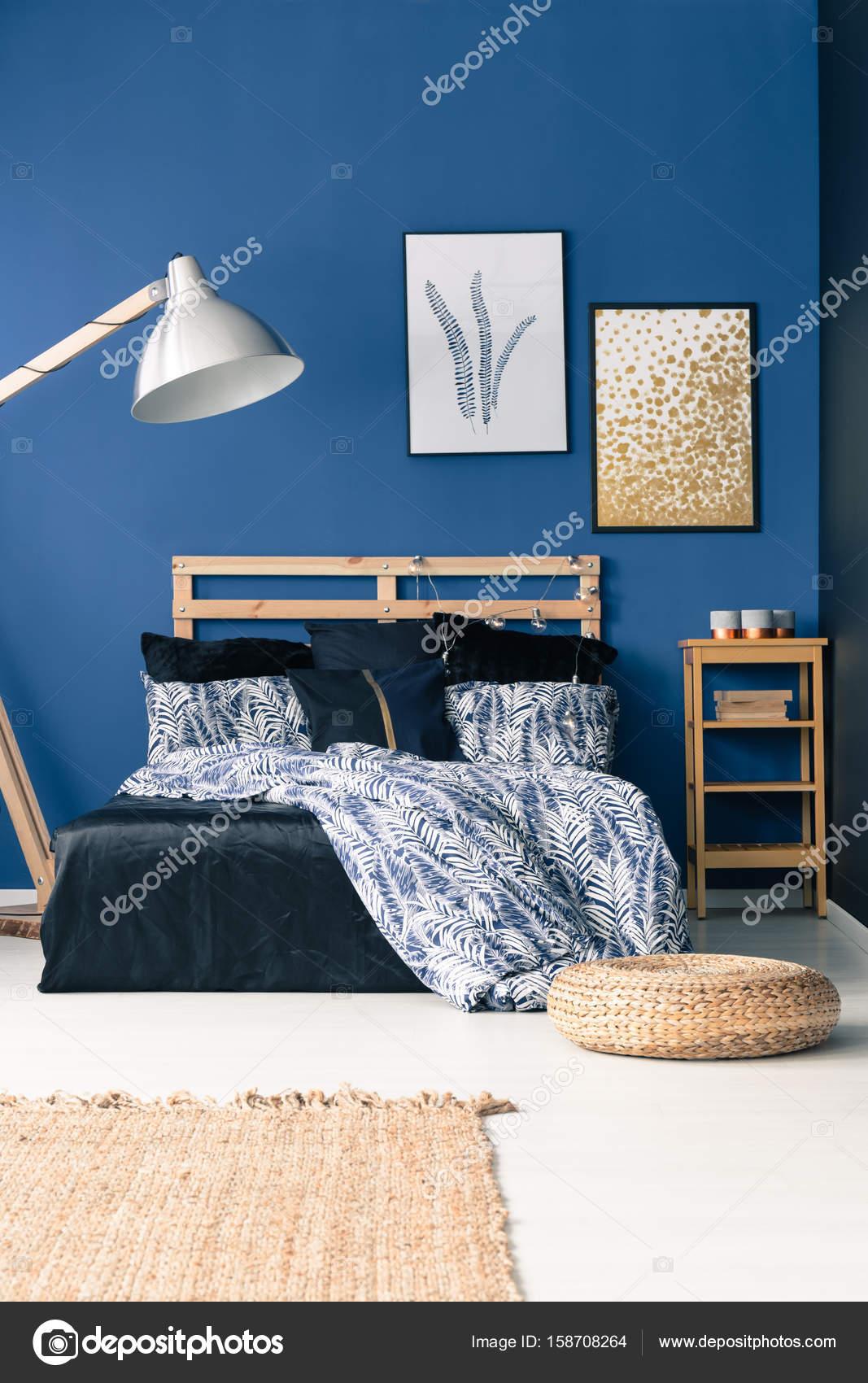 camera da letto con parete blu — Foto Stock © photographee.eu #158708264