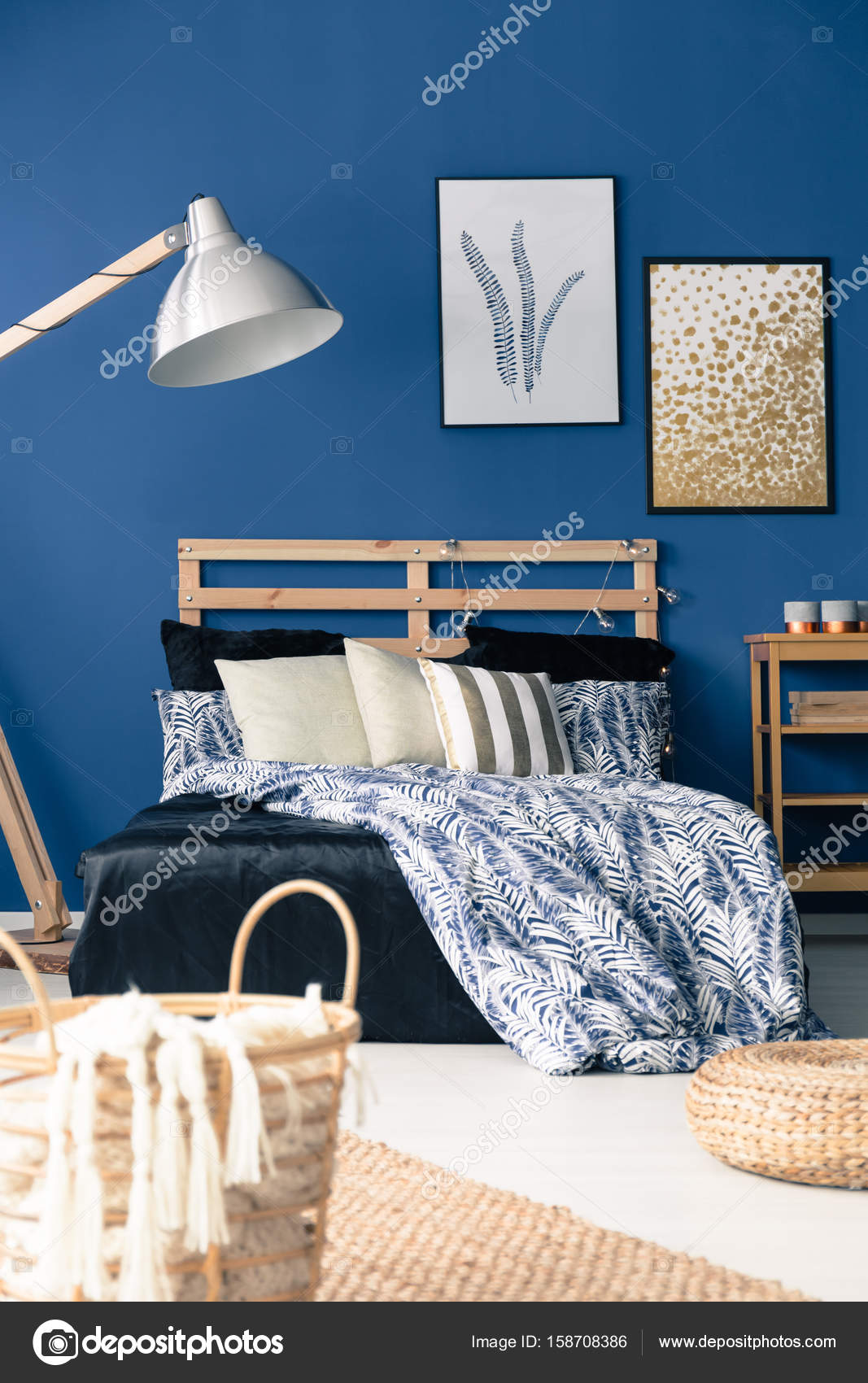 Donker blauwe slaapkamer — Stockfoto © photographee.eu #158708386