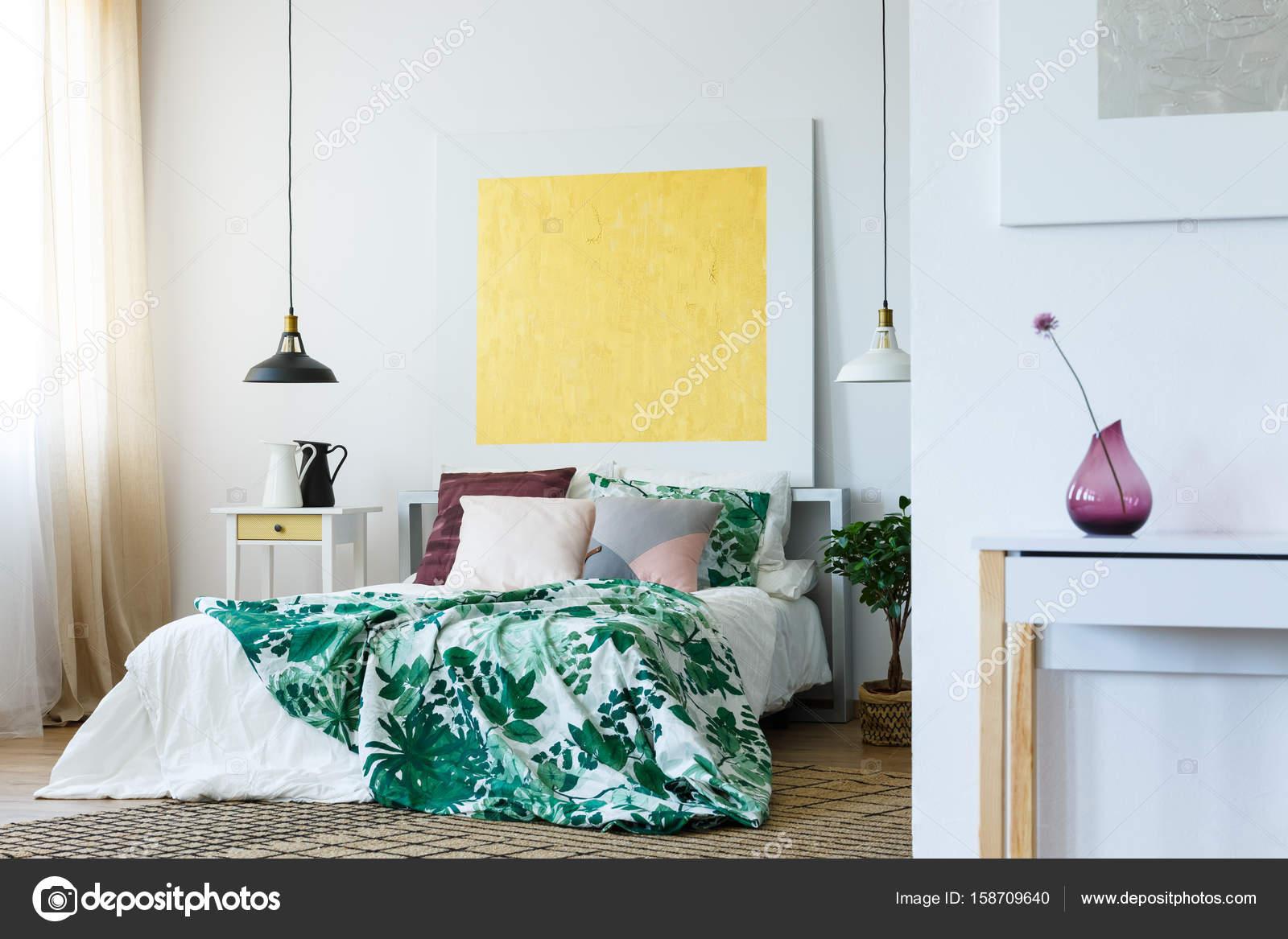 Trendy slaapkamer met schilderen — Stockfoto © photographee.eu ...