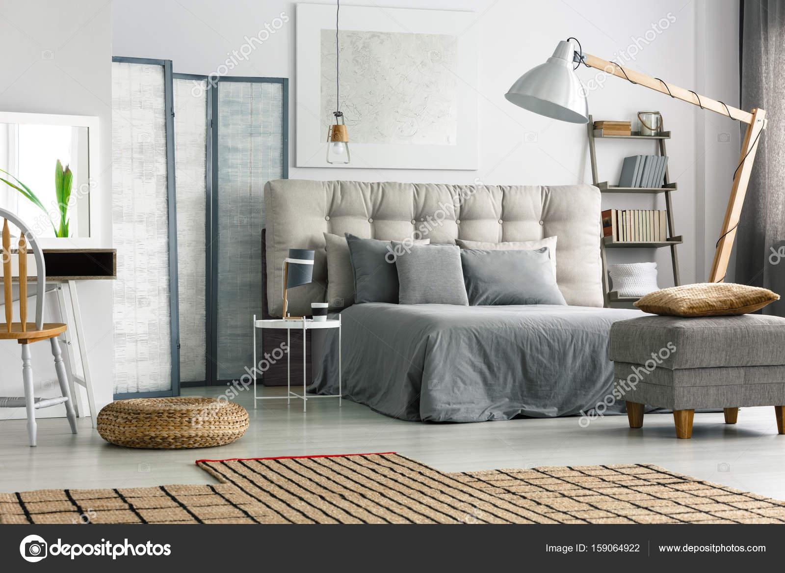 Slaapkamer Met Tapijt : Rieten tapijt in de slaapkamer u stockfoto photographee eu