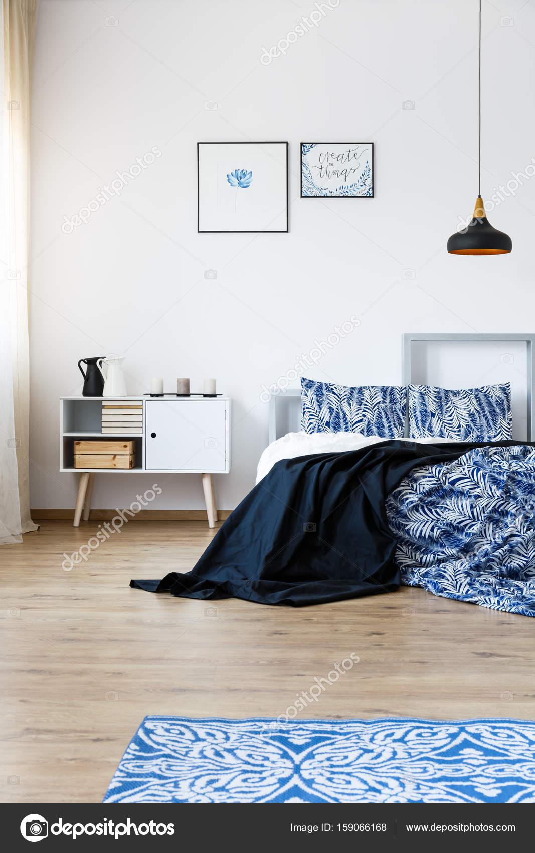 Accessori blu in camera da letto — Foto Stock © photographee ...