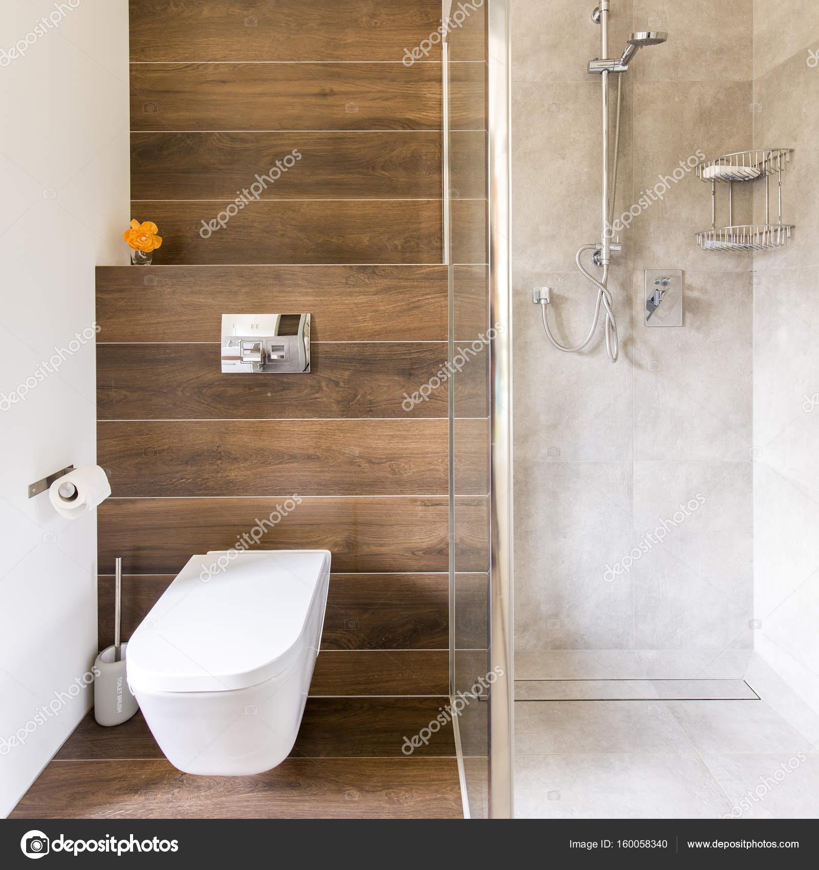 Salle de bain avec le décor bois et travertin — Photographie ...