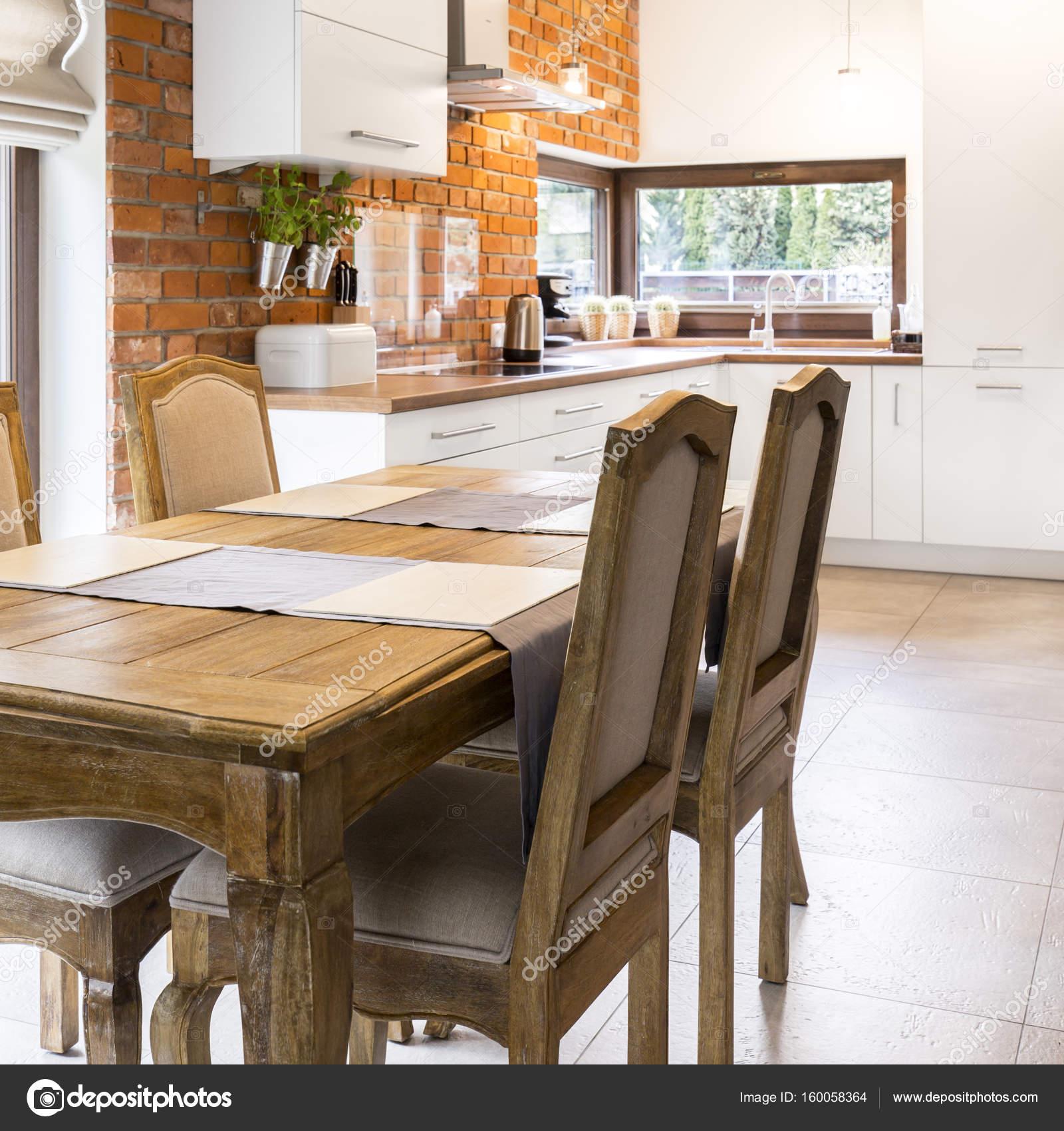 Tavolo in legno vintage in cucina elegante — Foto Stock ...