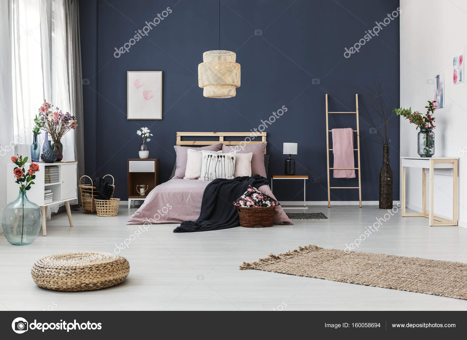 Parete blu scura in camera da letto — Foto Stock © photographee.eu ...