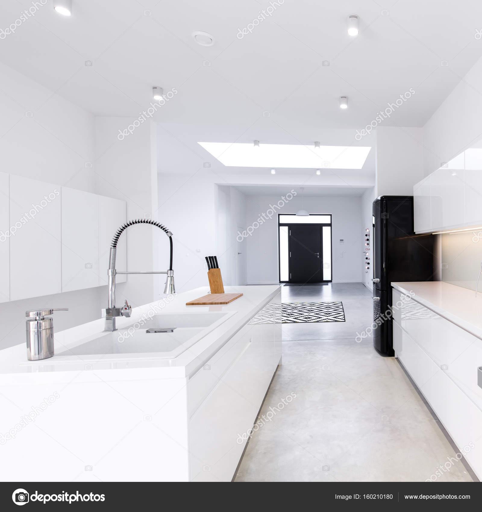 Moderne offene Küche mit Insel — Stockfoto © photographee.eu #160210180