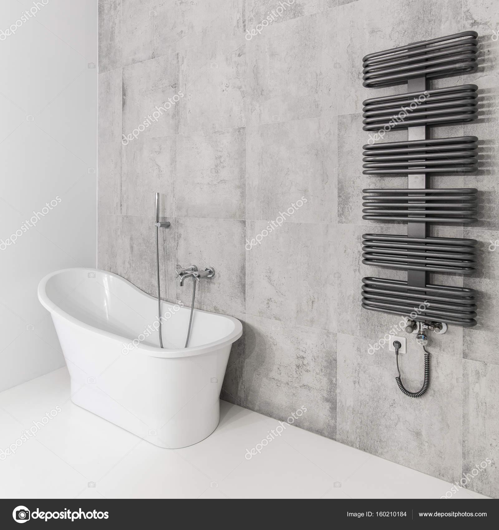 Badezimmer mit Badewanne und Heizkörper — Stockfoto ...