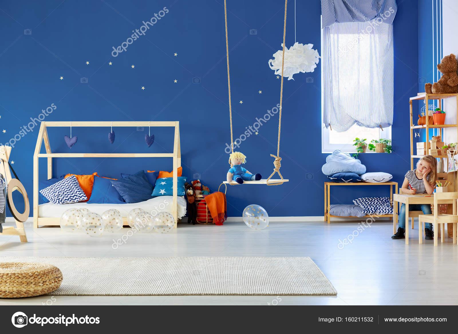 Mädchen, die Zeichnung im Zimmer — Stockfoto © photographee.eu ...