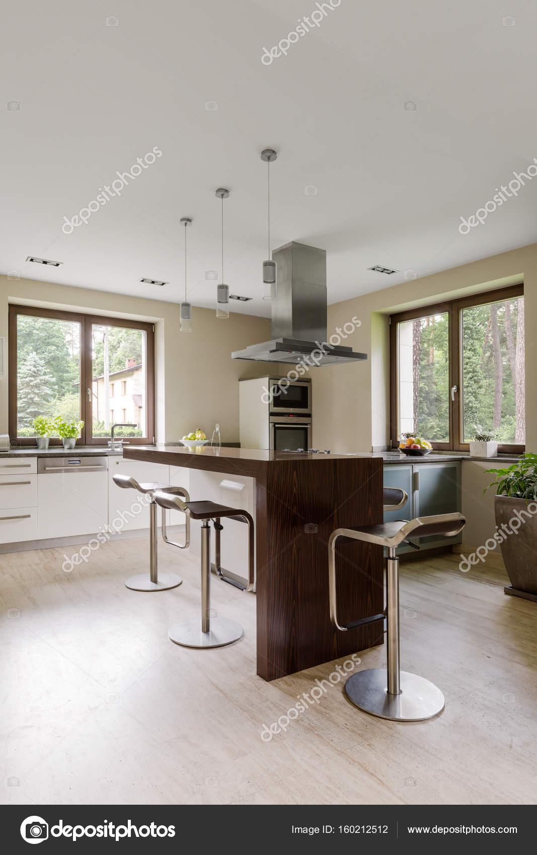 Hokers E A Ilha De Cozinha Interior Fotografias De Stock
