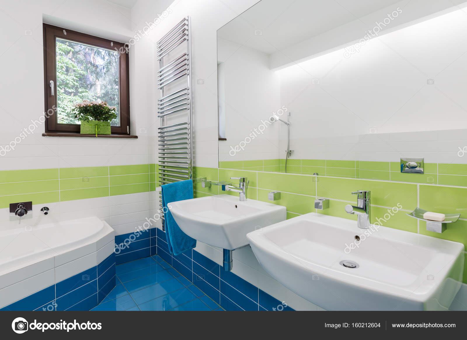 Kolorowa Lazienka Z Dwoma Umywalkami Zdjecie Stockowe