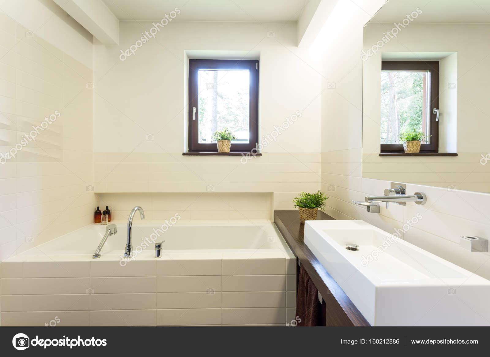 Moderne Witte Badkamer : Moderne witte badkamer met betegelde badkuip u2014 stockfoto