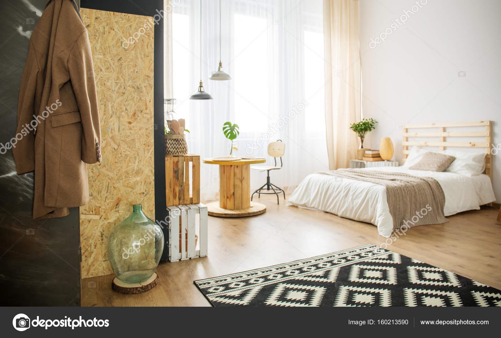 trendy slaapkamer met natuurlijke details stockfoto
