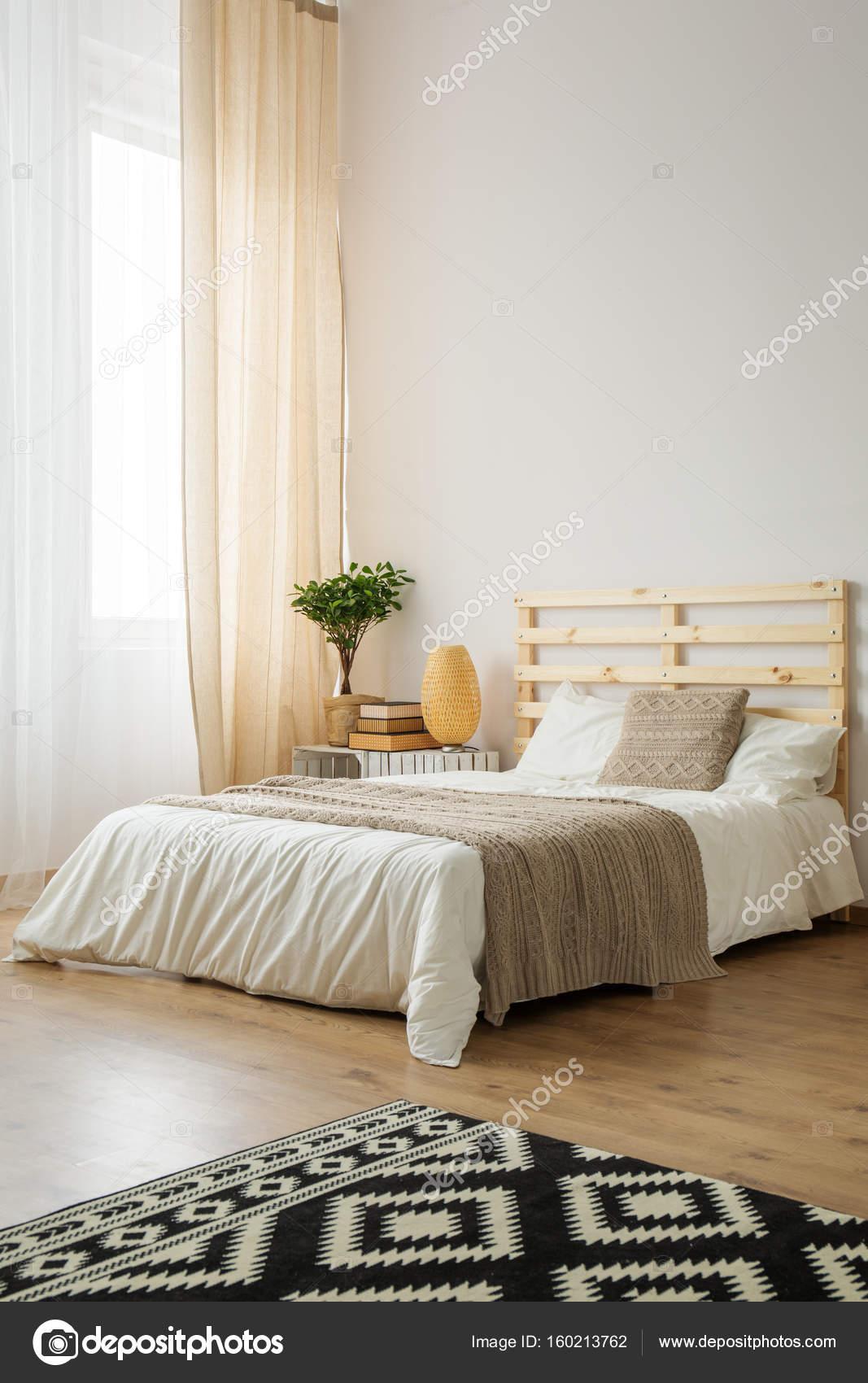 Beige en wit minimalistische slaapkamer — Stockfoto © photographee ...