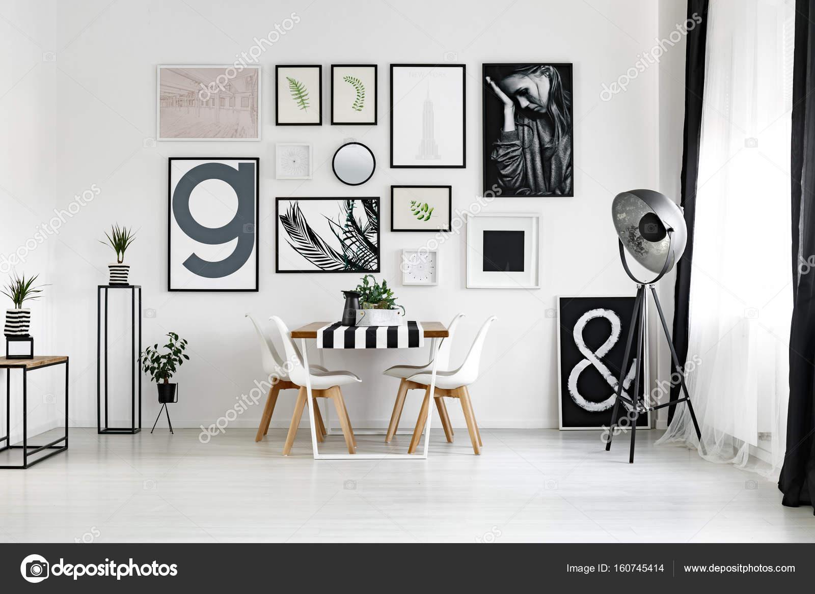 Hervorragend Tisch an der Wand — Stockfoto © photographee.eu #160745414 WQ49