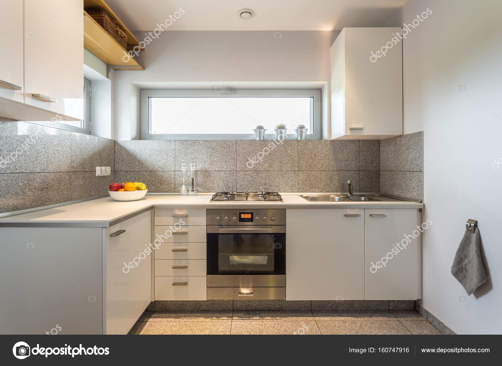 Keuken Witte Kleine : Kleine keuken met witte muren u2014 stockfoto © photographee.eu #160747916