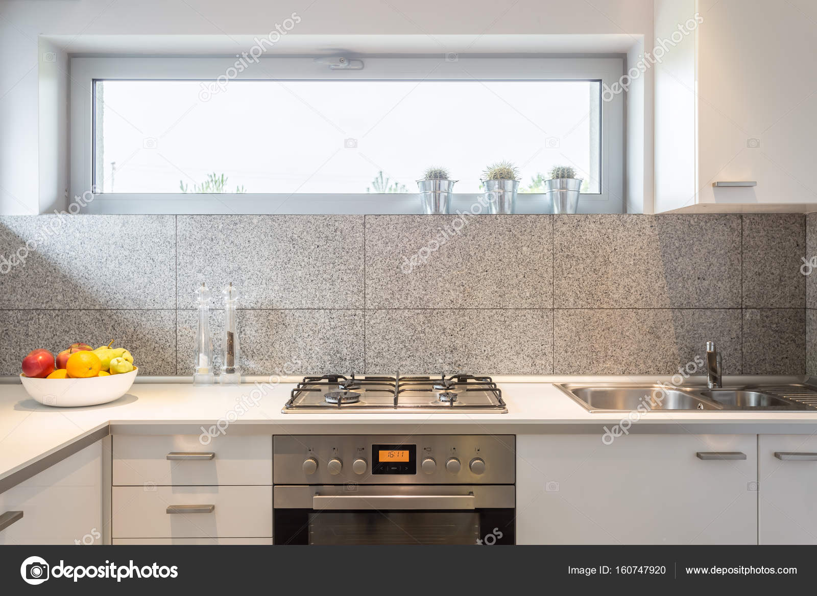 Kleine Küche Mit Beige Fliesen Und Ein Fenster U2014 Foto Von Photographee.eu.  Ähnliche Bilder Suchen