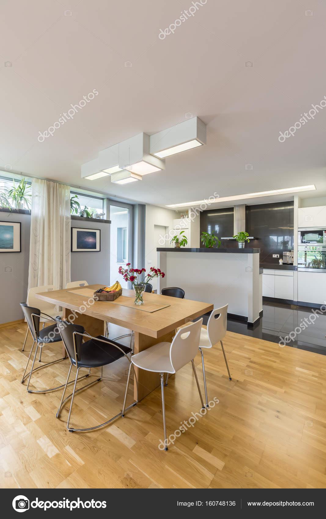 Spaziosa cucina con angolo cottura — Foto Stock © photographee.eu ...