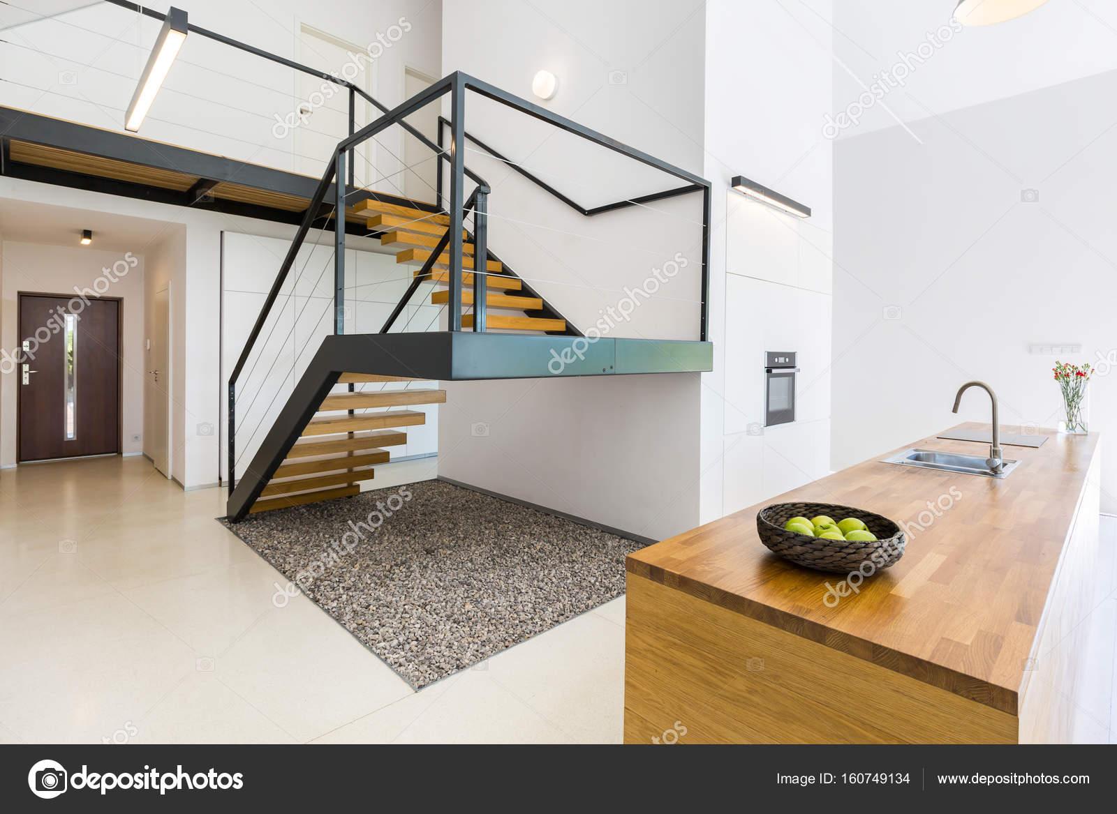 Intérieur moderniste avec escalier massif — Photographie ...