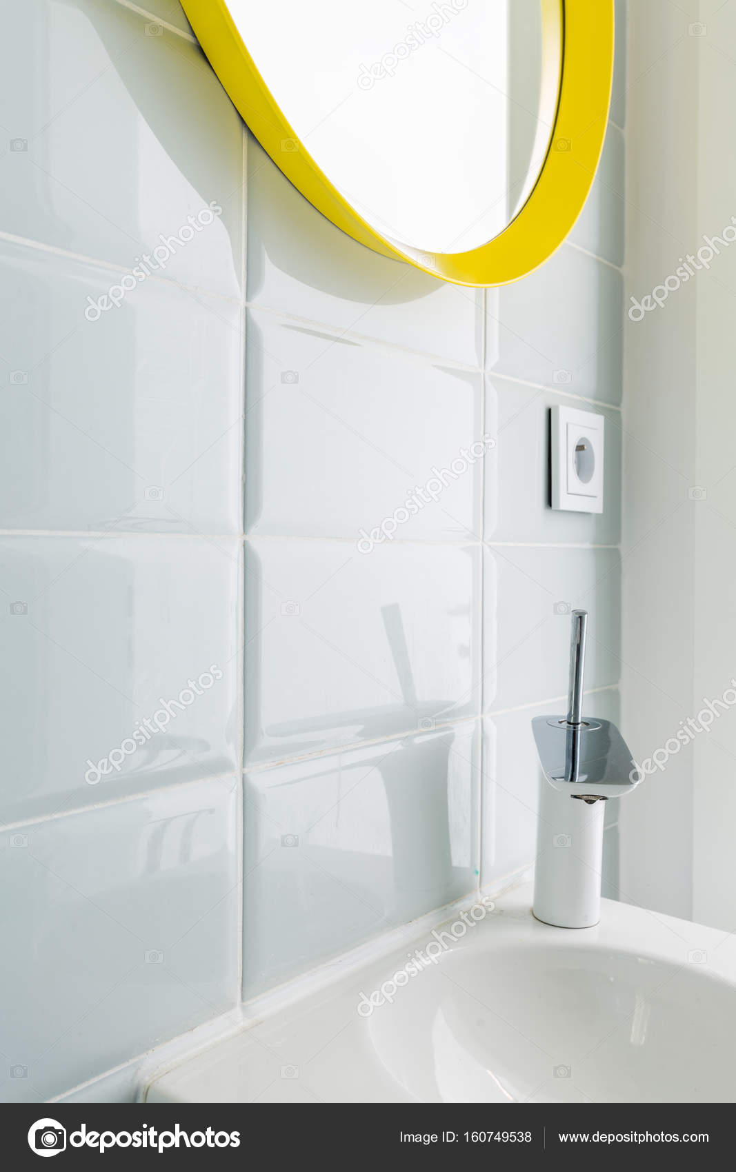 Witte badkamer met gele spiegel — Stockfoto © photographee.eu #160749538