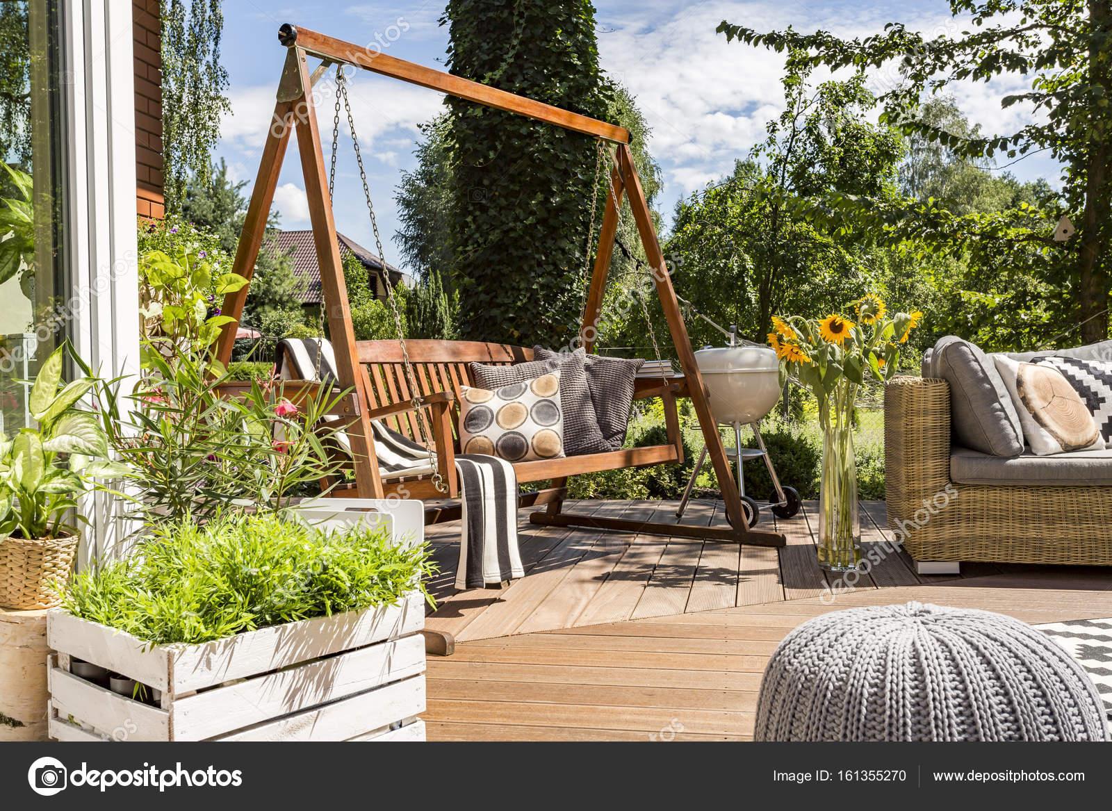 Patio della camera con l altalena da giardino u foto stock