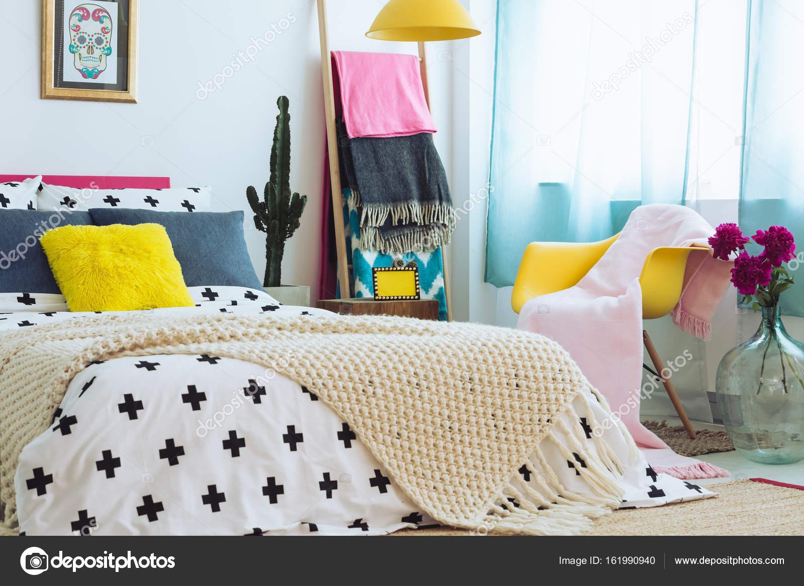 Elegante camera da letto con biancheria da letto colorata — Foto ...