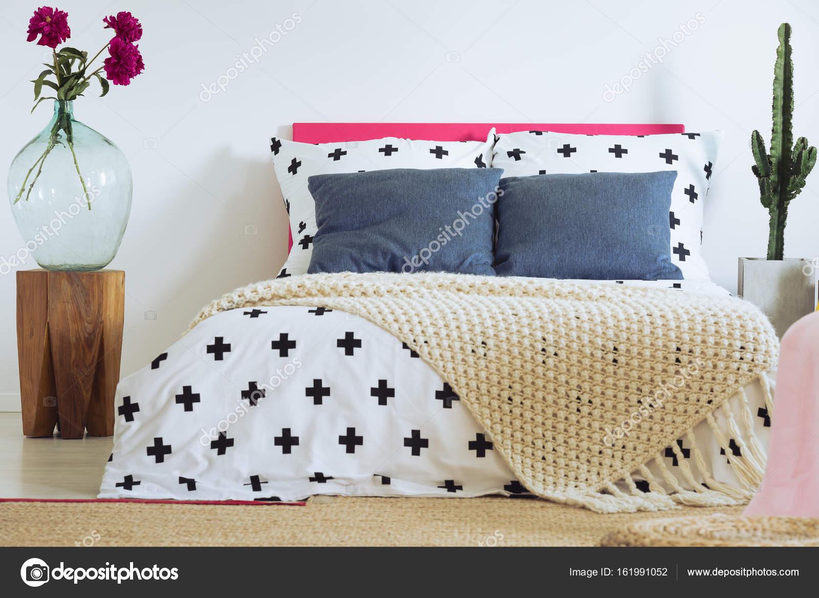 Dormitorio ecléctico contemporáneo, Cruz edredón — Foto de stock ...
