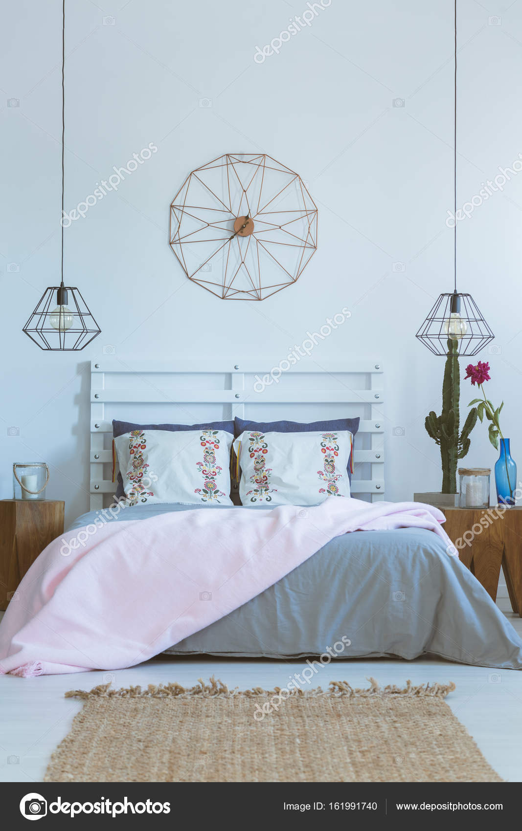 pastel slaapkamer houten stronk nachtkastje stockfoto