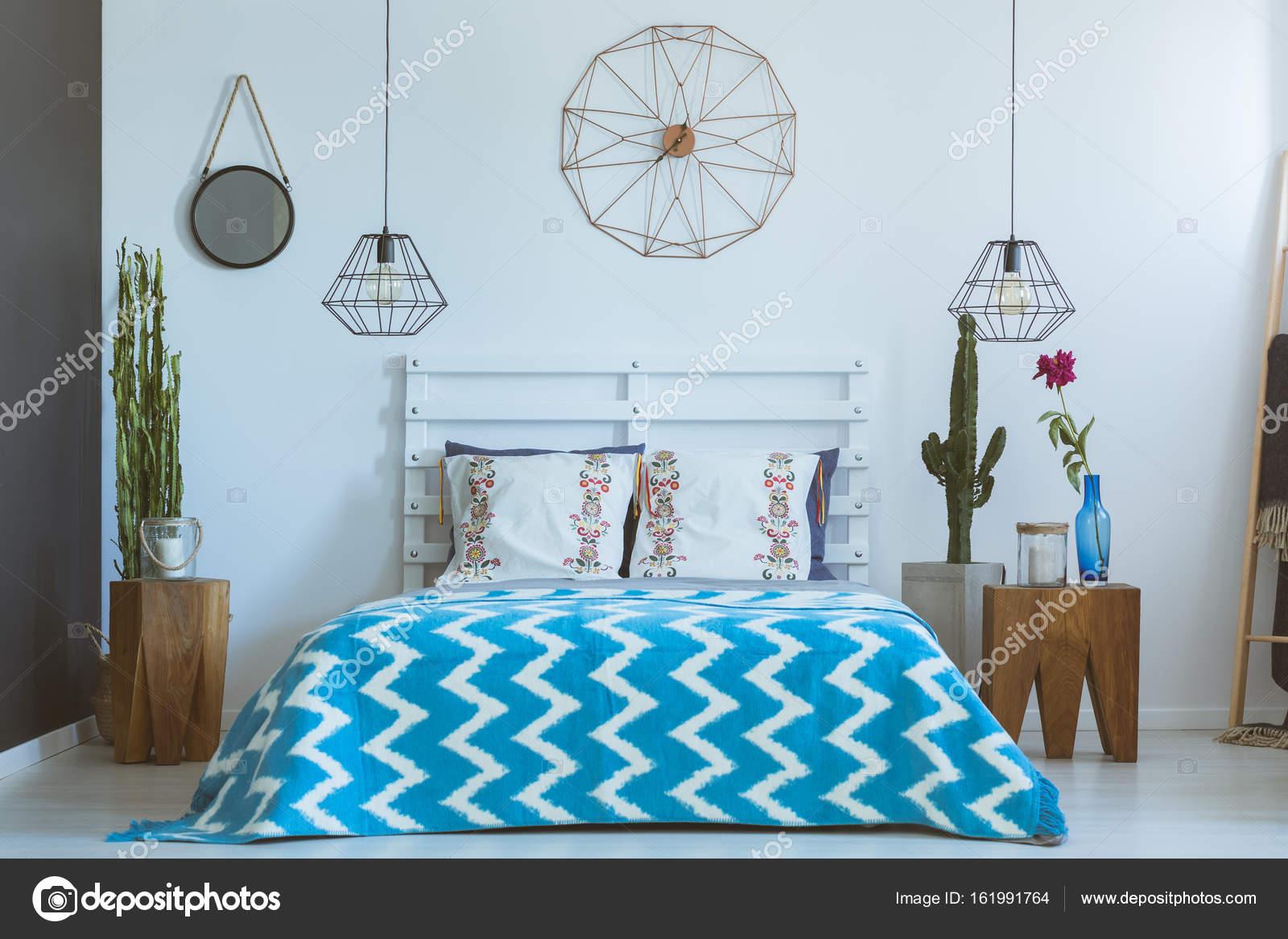 Etnische slaapkamer, koperen klok, lampen — Stockfoto © photographee ...