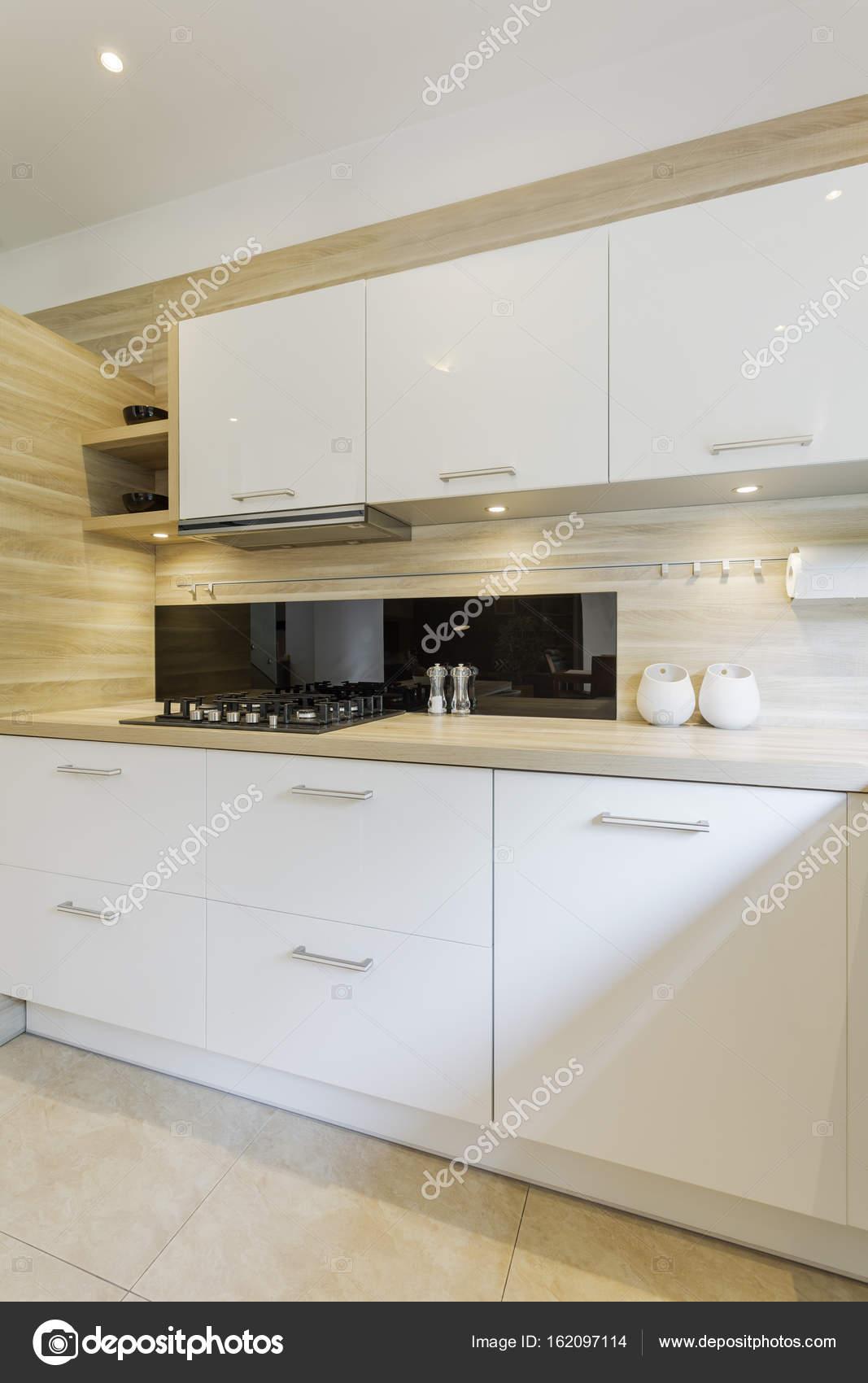 Amplia cocina con muebles blancos — Foto de stock © photographee.eu ...