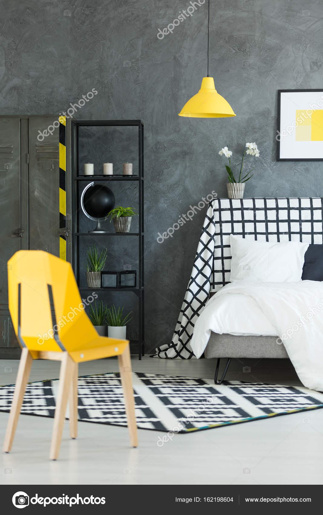 Kreative dunklen Schlafzimmer mit gelbe Lampe — Stockfoto ...