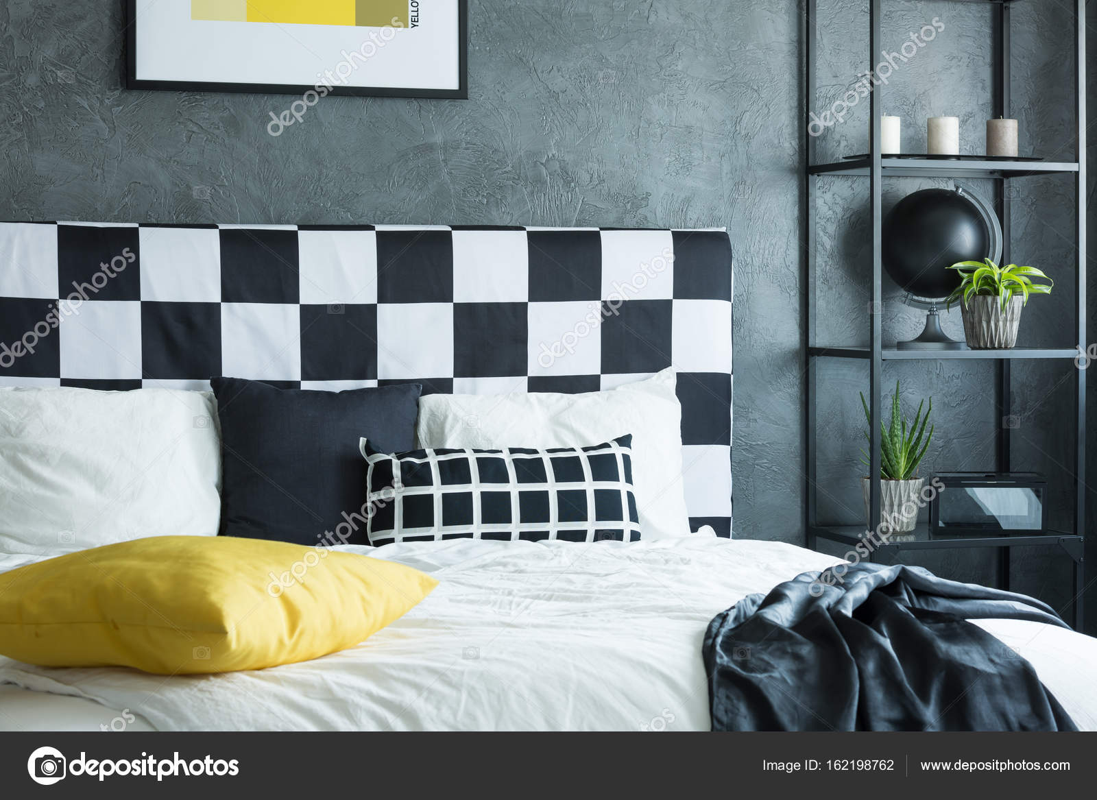 Schwarze Tagesdecke im King-Size-Bett — Stockfoto © photographee.eu ...