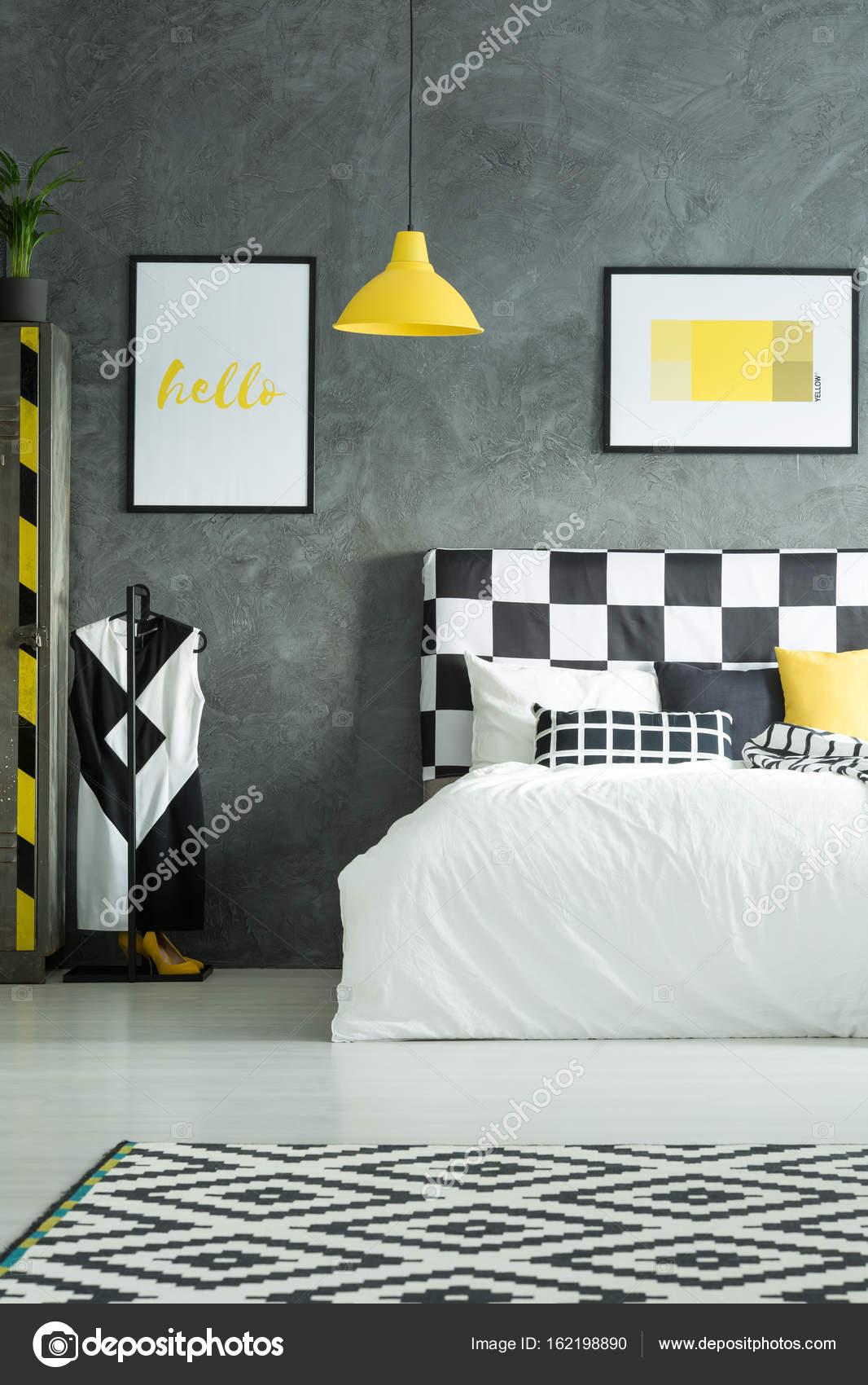 Zwei Bilder über Kingsize-Bett — Stockfoto © photographee.eu #162198890