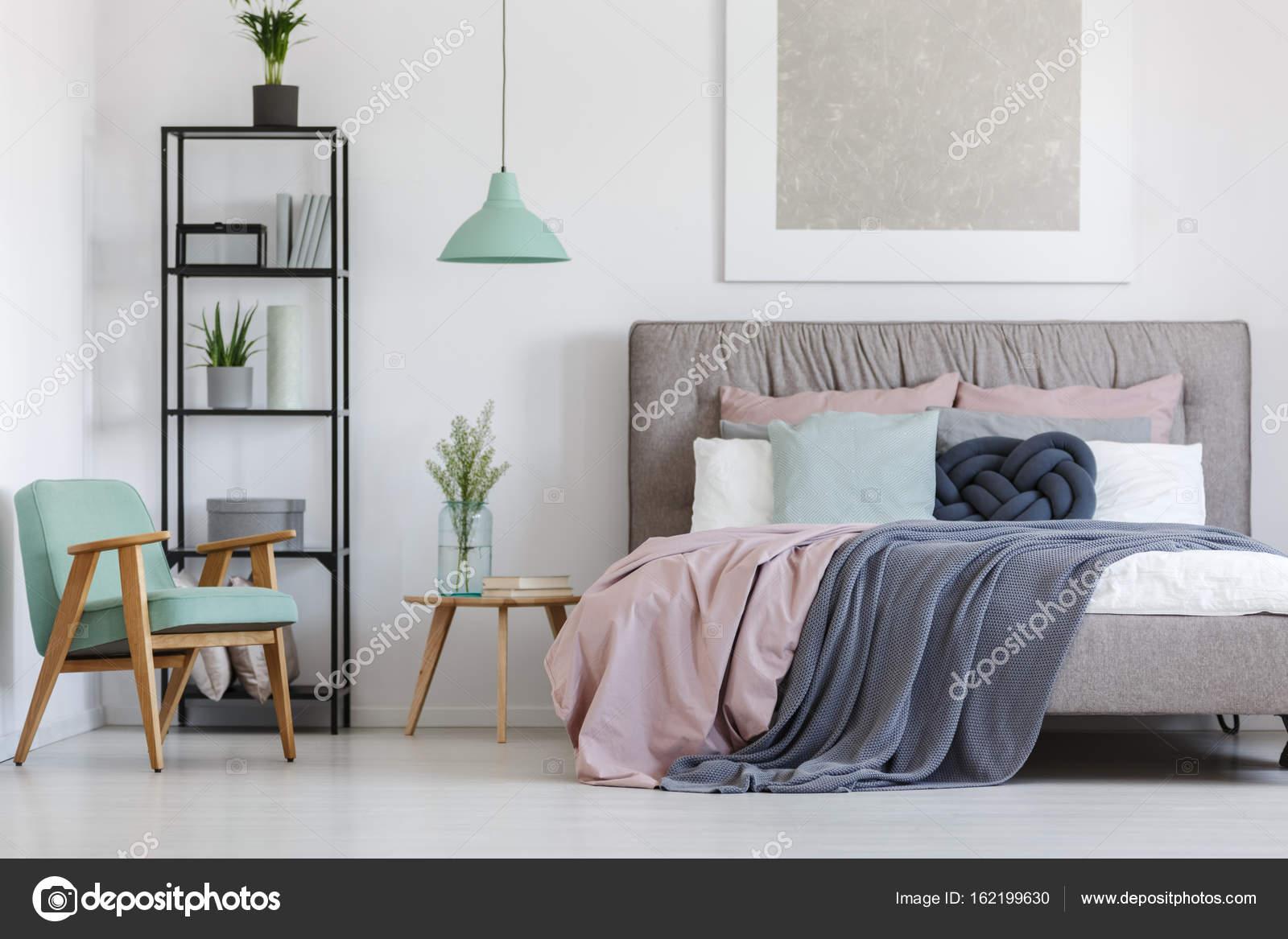 Cama con ropa de cama de colores pastel — Foto de stock ...