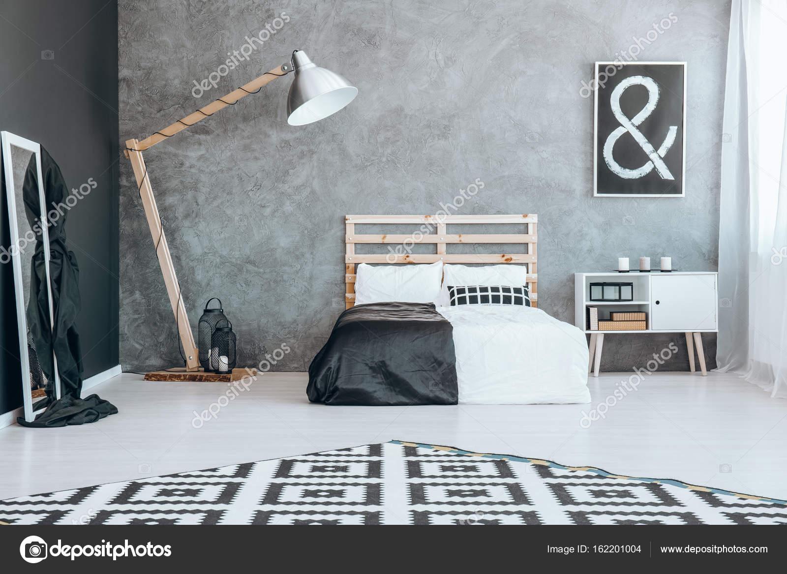 Spiegel in schwarz / weiß Schlafzimmer — Stockfoto © photographee.eu ...