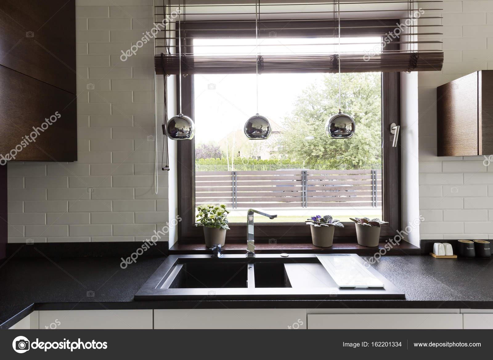 Dunkle Arbeitsplatte Mit Elegante Kuche Stockfoto C Photographee
