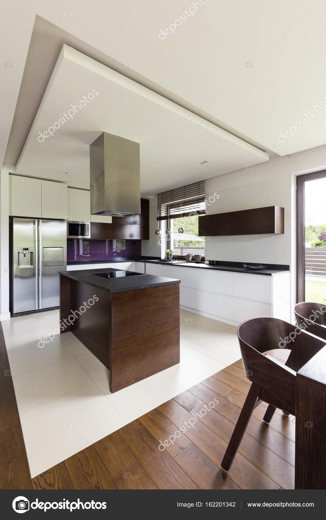 Moderne und geräumige Küche — Stockfoto © photographee.eu #162201342