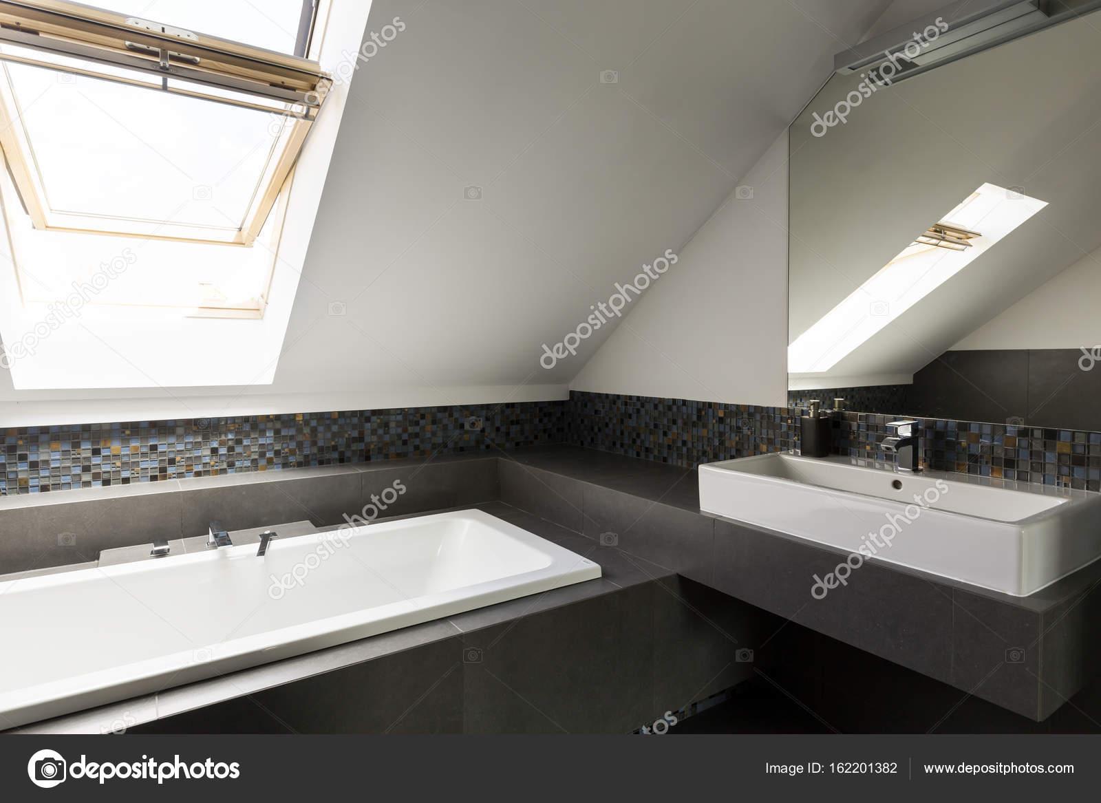Lekkie Przestronna łazienka Na Poddaszu Zdjęcie Stockowe
